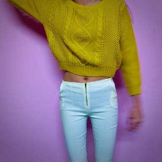 短版針織衣+白長褲😇