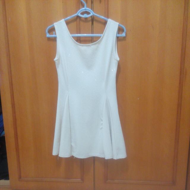 全新白色裙子
