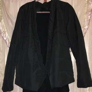 moma黑色舖棉針織外套兩件式。內裡可拆下變成圍巾