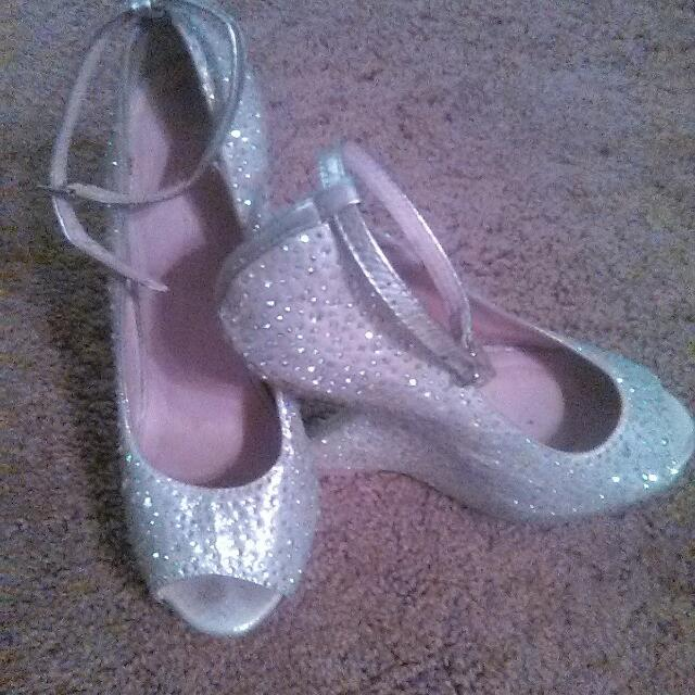 Chinese Laundry Crystal Silver Wedges Size 6