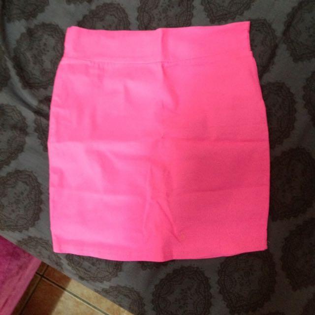 亮粉色窄裙