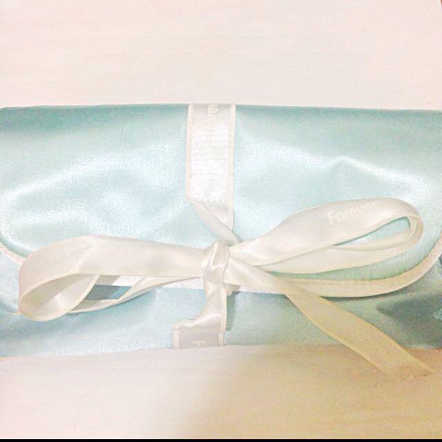 全新 粉藍緞面化妝包 收納包