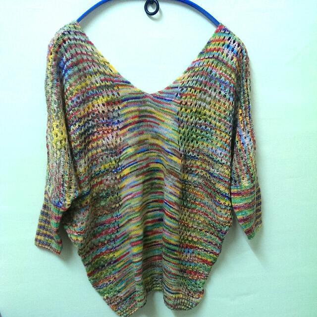 全新!彩虹配色洞洞造型小V領上衣