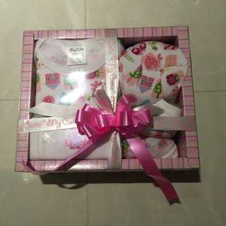 BNIB Baby Girl Gift Set Clothes Hat Bib Booties Full Month