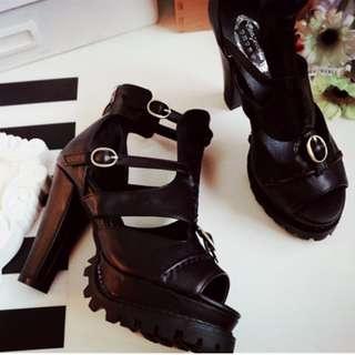 全新現貨 37 鏤空魚嘴多搭扣繫帶前防水台好走穩高跟粗跟涼鞋靴子(鞋跟有優雅內收弧線) 黑色+米膚色(在另個商品頁~) 23.5號各1唷