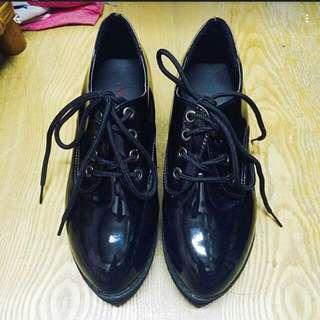 黑色漆皮厚底靴