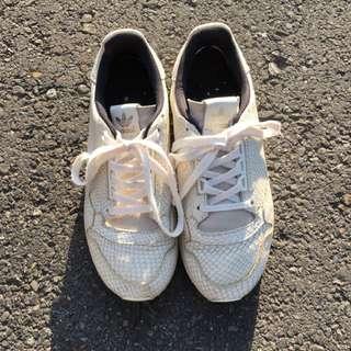Adidas 限量真皮休閒鞋