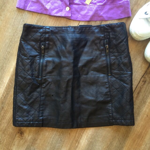 Alice In Eve Size 6 Leather Skirt