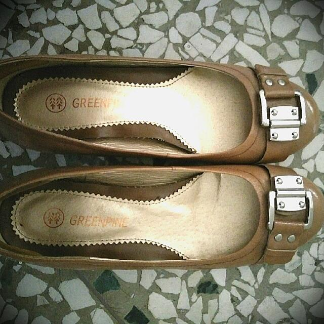 GREENPINE飾釦奶茶駝色真皮低跟鞋—24