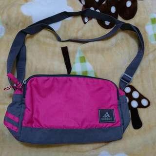 adidas 桃粉色側背包