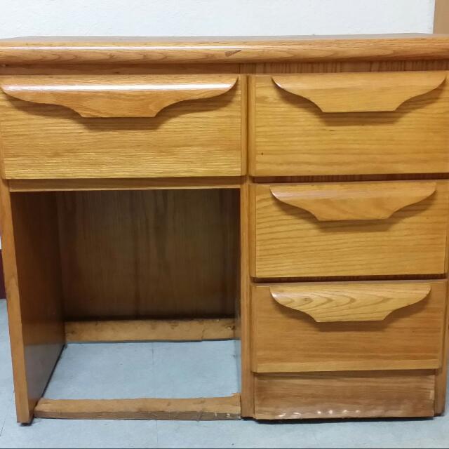 木頭事物桌。床頭櫃。自取200
