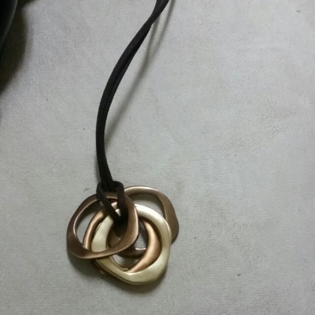 咖啡色皮繩項鍊