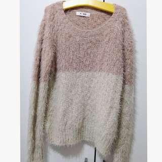 粉膚色拼接白色毛海毛衣