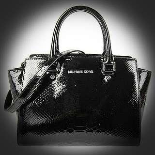 MK蛇紋漆皮蝙蝠包(黑)網路價15600,慶祝母親節特價$6999