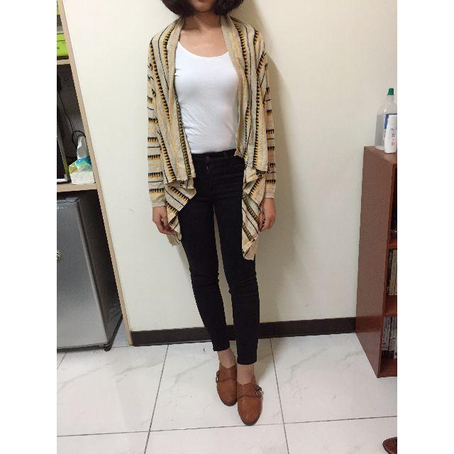 圖騰外罩 + H&M白上衣 +Uniqulo黑褲