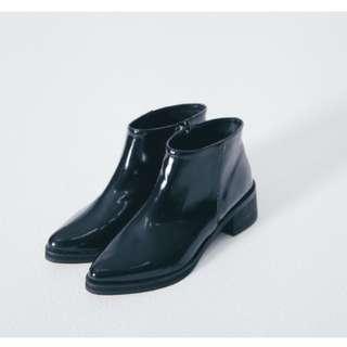 Soulsis 黑色霧亮面尖頭低跟靴