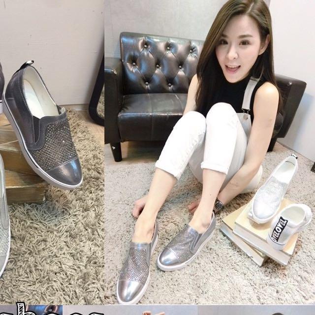 2️⃣0️⃣1️⃣6️⃣新春女鞋款式最新首推💯🌟滿鑽面金屬色系內增高休閒便鞋💘