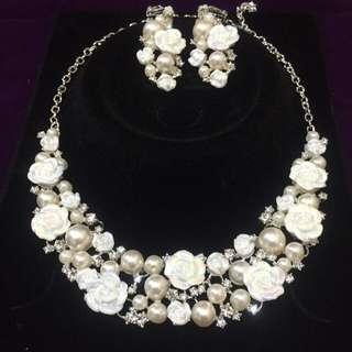 全新。韓式新娘飾品 施華洛世奇水鑽+陶瓷白花+珍珠款項鍊+耳環套組 - 現貨