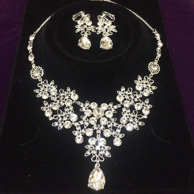 全新。新娘飾品 施華洛世奇花花水滴款白鑽項鍊+夾式耳環 - 現貨