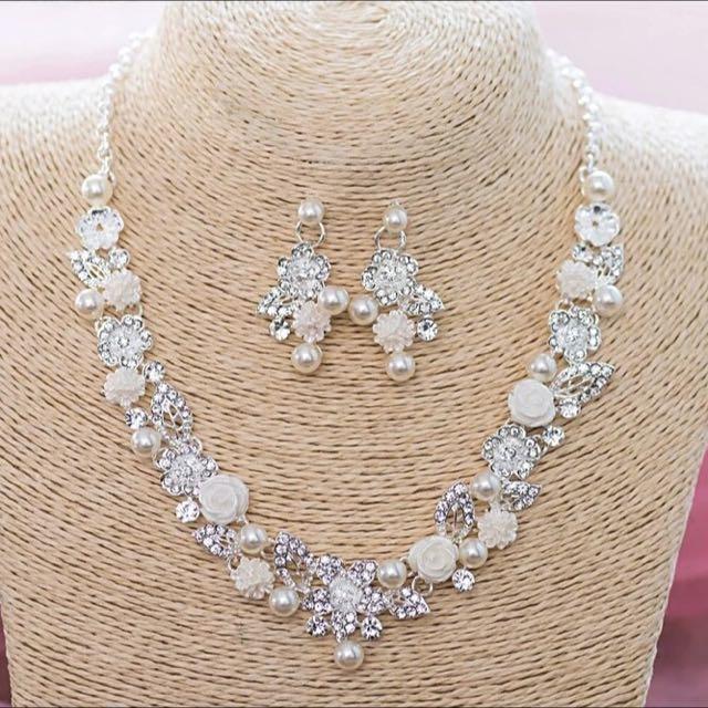 全新出清。韓式新娘飾品 施華洛世奇水鑽珍珠小花項鍊+耳環 氣質款 - (現貨)