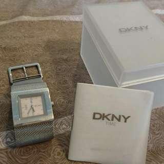 DKNY 貝殼面 寬版 女錶