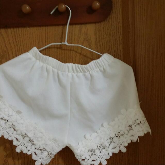白色內搭短褲
