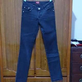 降。黑色伸縮牛仔褲