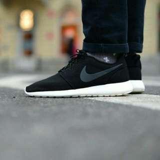 Nike Roshe Run 黑 灰勾 特殊 限量 百搭 男孩 影子 慢跑鞋 秒殺款 穿搭必備 511881-010。
