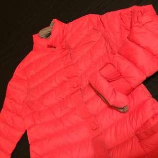 粉紅色輕羽絨外套