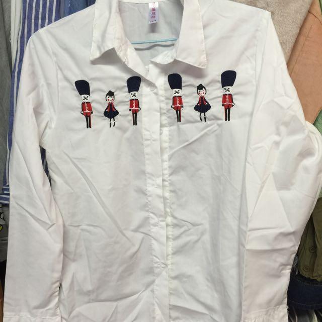 刺繡人白襯衫