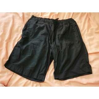 Uniqlo黑色短褲
