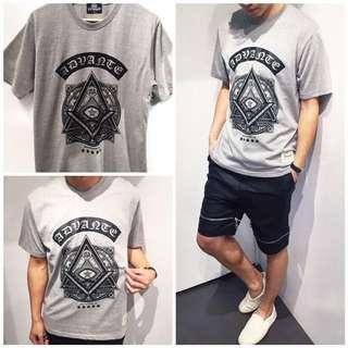 免運費」《穿搭空間》圖騰三角圖案造型短袖t shirt(灰色)
