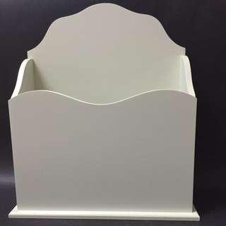 白色木製直立置物盒
