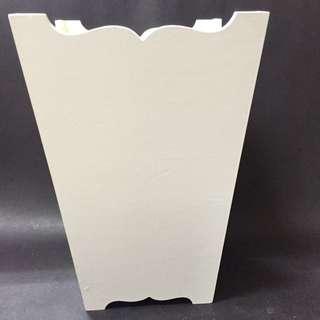 白色木製垃圾桶