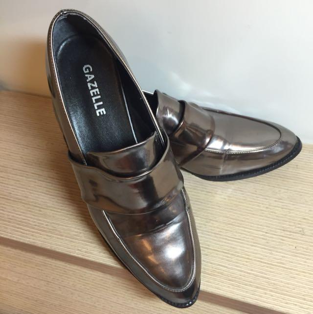 亮面漆皮鞋