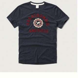 {型鹿}[現貨!] A&F Applique Logo Graphic Tee 深藍色學院風刺繡 Tee S*1