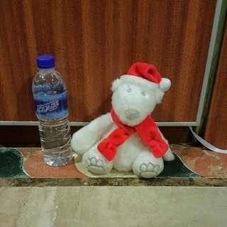 Boneka Beruang Kutub Dengan Kostum Natal
