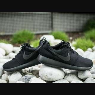 Nike Roshe Run 全黑 黑勾 特殊 限量 百搭 男女 慢跑鞋 秒殺款 穿搭必備 黑暗騎士 511882-096。
