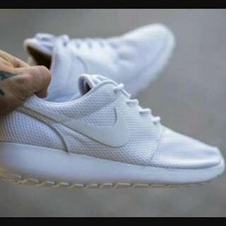 Nike Roshe Run 全白 白勾 特殊 限量 百搭 男女 慢跑鞋 秒殺款 穿搭必備 511882-111。