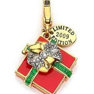 Juicy Couture限量版聖誕禮物吊飾 盒子可打開超精緻 些微氧化 加贈小香風皮革編織長鍊 可當墜子或掛在包包上 附原廠包裝盒