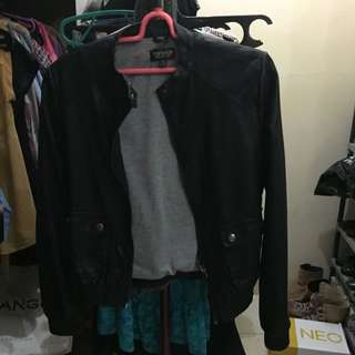 Top Shop leather biker jacket size US 2, kondisi worn di kerah