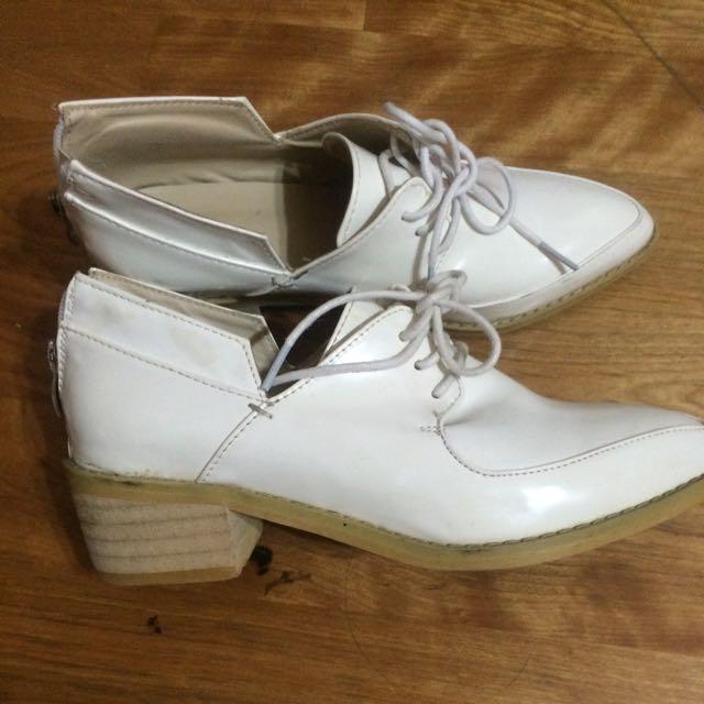 白色綁帶尖頭造型低跟牛津鞋