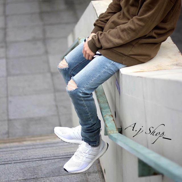雙膝刀割淺色牛仔褲