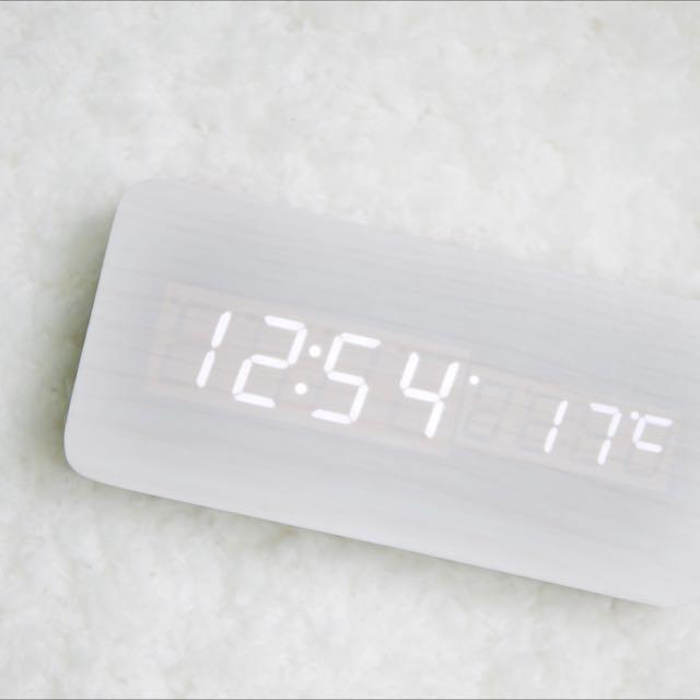 最棒的母親節禮物~把大自然的氣息帶回家🌲木質智慧LED時鐘 年份+時間+溫度