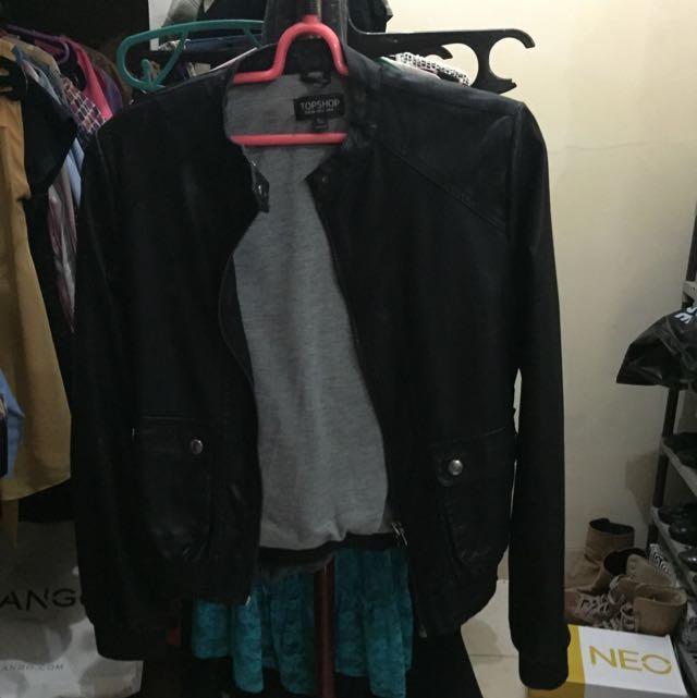 Top Shop leather biker jacket size US 2, kondisi worn di kerah