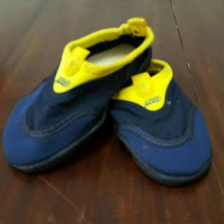 PRE-LOVED ZOGGS AQUA SHOES FOR CHILDREN