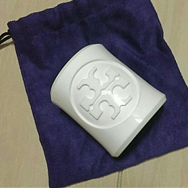 Tory Burch白色logo寬版手環