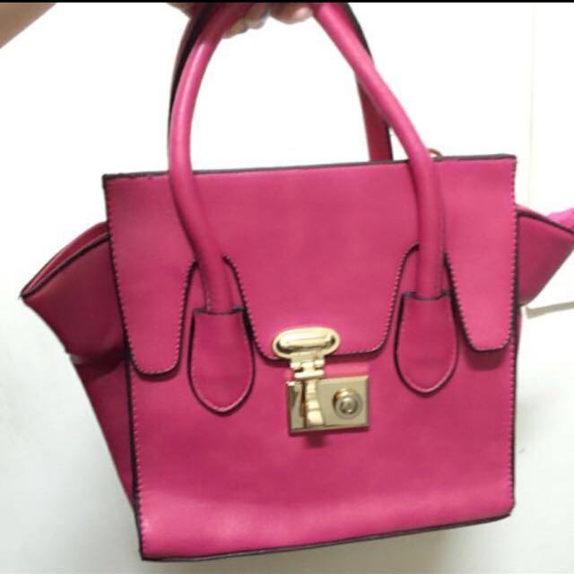 含運粉色包包