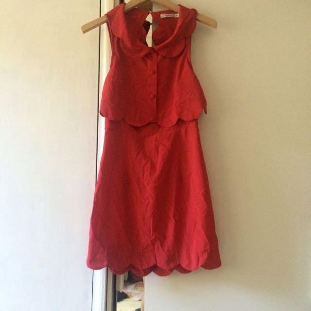 SUPER CUTE RED SCALLOPED DRESS W/ OPEN BACK IN SIZE 10