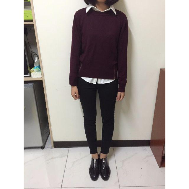 酒紅色針織上衣+ 厚雪紡白襯衫+ UQ黑窄褲